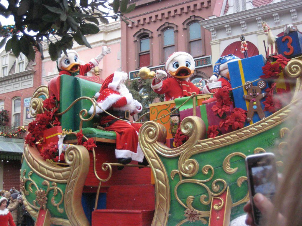 Visitare Disneyland Paris in un giorno: imperdibile la parata di natale