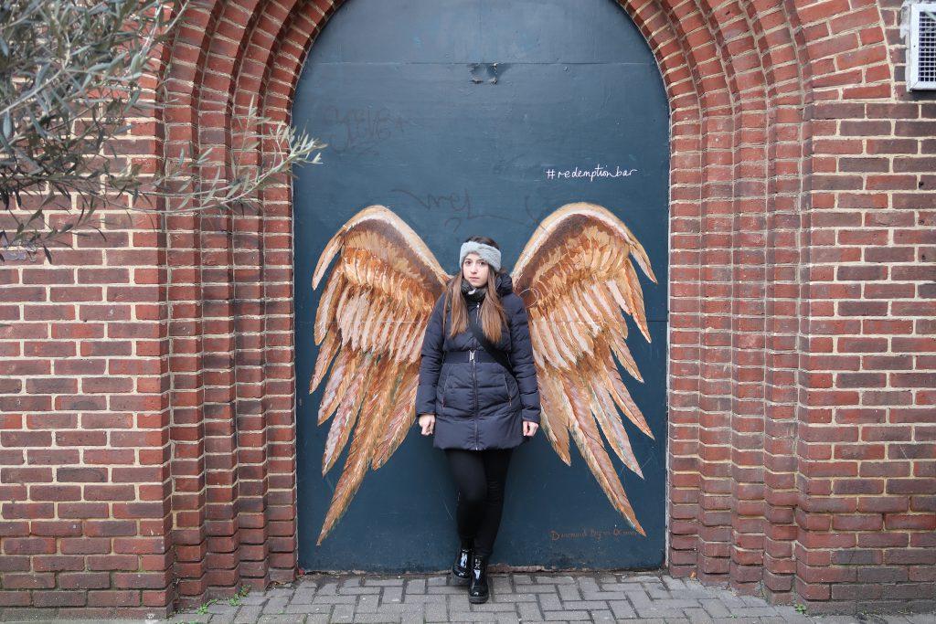 Il murales con le ali da angelo