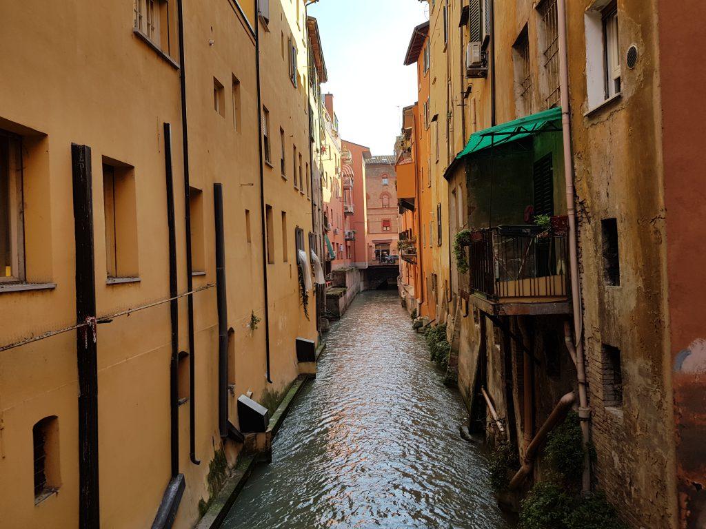 Cosa vedere a Bologna in un giorno: la finestrella di via Piella