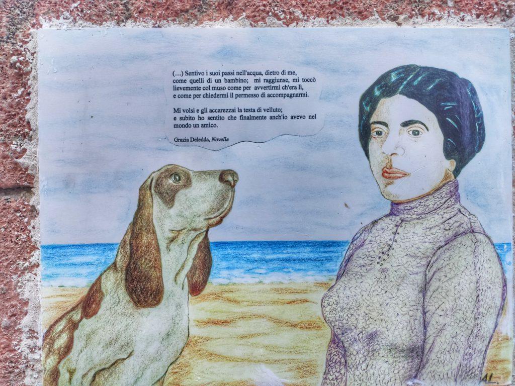 Una ceramica dedicata a Grazia Deledda a Posada in Sardegna
