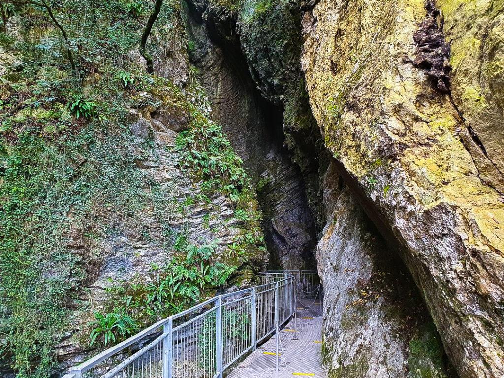 La passerella di ingresso alla grotta
