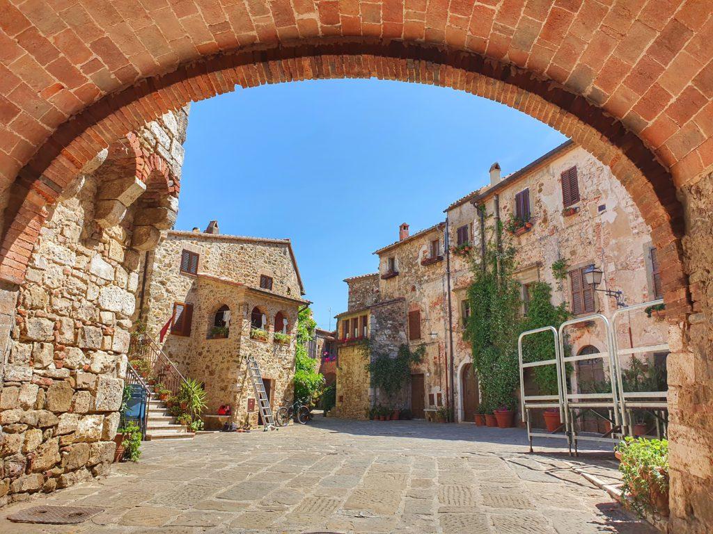 Il borgo di Montemerano in Maremma